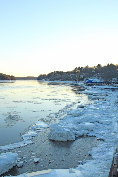 ice-floes-on-the-water's-edge